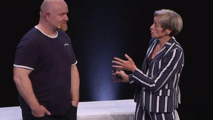 Steve demonstrere, hvordan han skifter pose